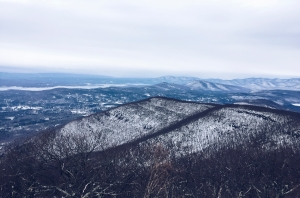 Overlook Mountain Hike I Photo credit @travelinglamas I Catskills Travel Guide: A Wintry Weekend Escape From NYC I Traveling Lamas